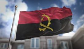 安哥拉在蓝天大厦背景的旗子3D翻译 免版税库存图片