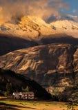 安地斯的秘鲁范围的小的房子 库存照片