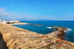 安地比斯,法国- 2011年10月17日:安地比斯老墙壁在海,法国海滨附近的 库存图片