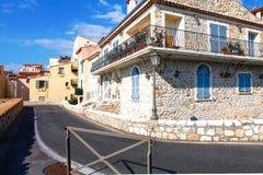 安地比斯,法国- 2011年10月17日:街道在老镇安地比斯 免版税库存照片