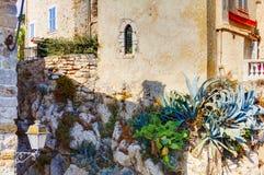 安地比斯,法国- 2011年10月17日:街道在老镇安地比斯 免版税库存图片