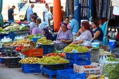 安塔利亚、土耳其-传统街市的2012年8月14日,看法哪里老和卖水果和蔬菜的少妇和tal 免版税库存图片