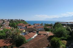安塔利亚、著名红色屋顶和Mediteranian海Oldtown  免版税库存图片