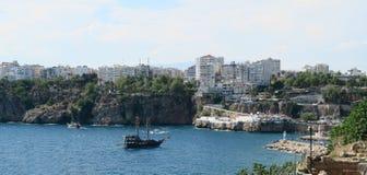 安塔利亚港口和峭壁在Antalyas Oldtown Kaleici,土耳其 库存图片