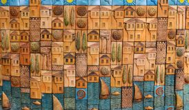 安塔利亚,土耳其, 5月10日 05 2018年 与房子、树和游艇的装饰抽象样式在海岸,浅浮雕 免版税库存图片