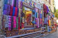 安塔利亚,土耳其- 2017年10月3日:商店和物品在老镇Kaleici 免版税图库摄影