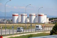 安塔利亚,土耳其- 2017年5月23日:坦克与汽油的储油公司卢克石油在城市机场附近在路的背景中 免版税库存照片