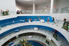 安塔利亚,土耳其- 2014年6月19日 在入口的圆楼梯对Oceanarium -一最大在世界 免版税库存图片
