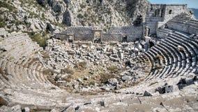 安塔利亚,土耳其- 203 10月24, :Termessos古董城市圆形剧场顶视图在安塔利亚,明亮的蓝天背景的 库存图片
