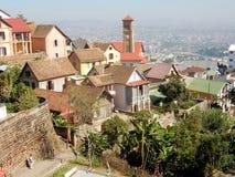 安塔那那利佛、vAntananarivo、看法从小山与五颜六色的房子, vegetatiew从小山与五颜六色的房子,植被和教会 免版税图库摄影