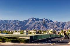 安大略市街道在有美丽的山的加利福尼亚在背景中 库存照片