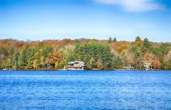 安大略-加拿大, 2017年10月22日:在Muskoka湖的秋天, Ont 免版税图库摄影