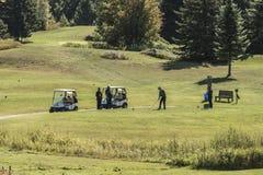 安大略wilno加拿大09 09 2017年高尔夫球运动员使用在路线室外发球区域的绿色gras的高尔夫球运动员射击了事件加拿大人 库存图片