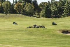 安大略wilno加拿大09 09 2017年高尔夫球运动员使用在路线室外发球区域的绿色gras的高尔夫球运动员射击了事件加拿大人 免版税库存照片