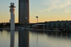 安大路西亚塞维利亚西班牙 在瓜达尔基维尔河河的现代大厦 库存图片