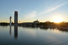 安大路西亚塞维利亚西班牙 在瓜达尔基维尔河河的现代大厦 免版税库存图片
