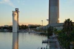 安大路西亚塞维利亚西班牙 在瓜达尔基维尔河河的现代大厦 库存照片