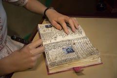 安妮・弗兰克和关闭她的手在杜莎夫人蜡象馆博物馆  图库摄影