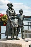 安妮穆尔安妮穆尔纪念品、雕象和她的两个兄弟在科芙,爱尔兰安妮是第一个移民 库存照片