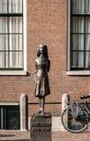安妮・弗兰克雕象在阿姆斯特丹 图库摄影