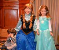 安娜和孩子-结冰的迪斯尼电影-不可思议的王国演播室 库存图片