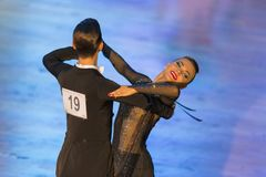安娜Sneguir和肠骨Shvaunov夫妇执行青年标准节目 免版税库存照片