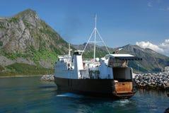 安德内斯Gryllefjord有开放车辆后档板的G载汽车轮船 库存图片