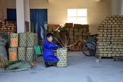 """安徽,中国†""""大约2017年10月:工作在茶工厂里面的一个人 免版税库存图片"""