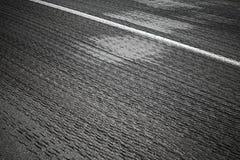 安心有空白线路的柏油路 免版税库存照片