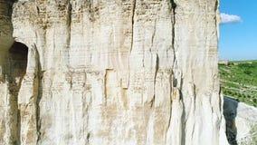 安心白色峭壁在倾斜中间的倾斜或洞穴特写镜头视图与大孔的 ?? 在的神奇洞 股票录像