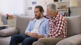 安慰中部的资深父亲变老了儿子痛苦离婚,信任的联系 股票录像