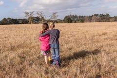 安慰原野储备的女孩 库存图片