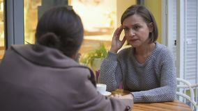 安慰咖啡馆的,姐妹的夫人翻倒女性朋友有信任的联系 股票录像
