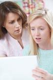 安慰女儿的母亲欺骗通过在网上胁迫 免版税库存图片