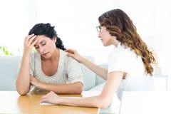 安慰她的患者的治疗师 免版税图库摄影