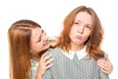 安慰她的有同情心的女孩困厄了女朋友 图库摄影
