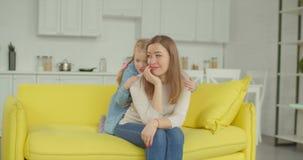 安慰她的生气母亲的富感情的女儿 股票录像