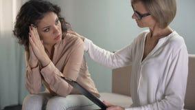 安慰沮丧的女性患者,家庭问题的殷勤心理学家 影视素材