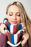 安慰温暖逗人喜爱的女孩的围巾 库存图片