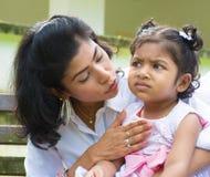 安慰生气印地安女孩的母亲 库存照片