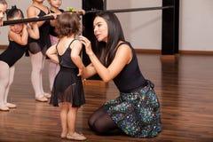 安慰舞蹈学生的老师 免版税库存照片