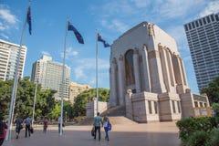 安扎克战争纪念建筑和澳大利亚旗子 库存照片
