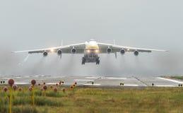 安托诺夫安-225 Mriya航空器从Gostomel airpor起飞 免版税库存图片
