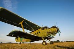 安托诺夫AN-2双翼飞机飞机在机场登陆了 免版税库存照片