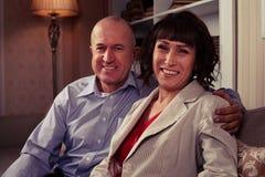 安排一对美好的年长的夫妇他们的照片拍 库存照片