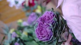 安排与芸苔的卖花人妇女美丽的花花束 影视素材