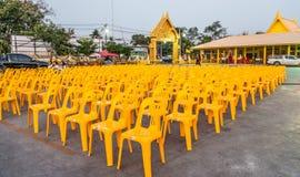 安排在寺庙的黄色位子 免版税库存图片