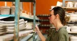 安排在架子4k的女性陶瓷工工艺产品 股票视频