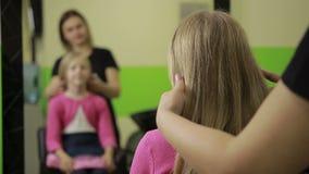 安排在理发店的女性美发师发型 影视素材