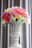 安排在花瓶的花 免版税图库摄影